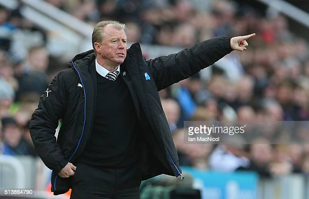 Steve McClaren manager of Newcastle United gestures during the Barclays Premier League match between Newcastle United and AFC Bournemouth at St...