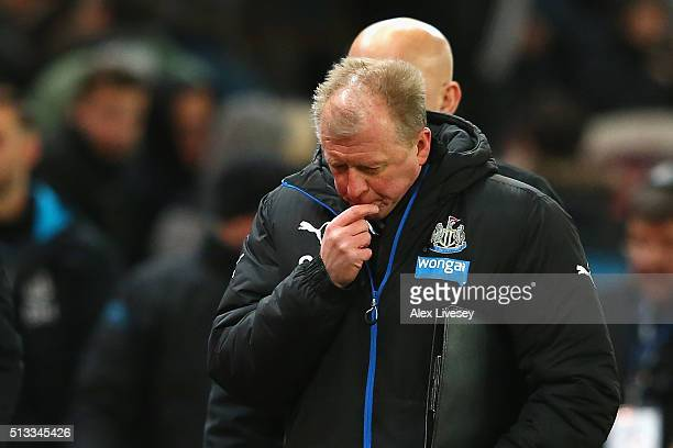 Steve McClaren manager of Newcastle United looks on dejected during the Barclays Premier League match between Stoke City and Newcastle United at the...