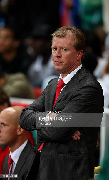Steve MClaren manager of FC Twente looks on during the UEFA Champions League third qualifying round, second leg match between Arsenal and FC Twente...