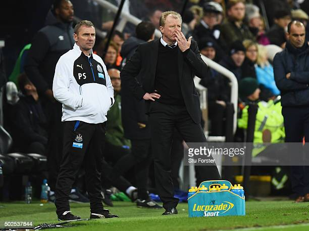 Steve McLaren manager of Newcastle United looks thoughtful alongside assistant Paul Simpson during the Barclays Premier League match between...