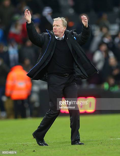 Steve McLaren Newcastle United manager Applauds the fans during the Barclays Premier League match between Newcastle United and West Ham United at St...