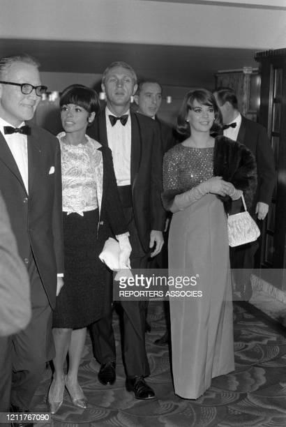 Steve McQueen et sa femme Neile Adams et Natalie Wood lors de la 1ère du film 'Une certaine rencontre' à Paris le 18 septembre 1964 France