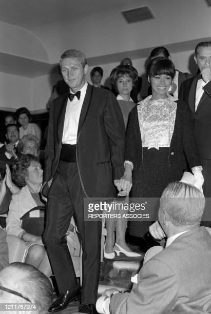 Steve McQueen et sa femme Neile Adams lors de la 1ère du film 'Une certaine rencontre' à Paris le 18 septembre 1964 France