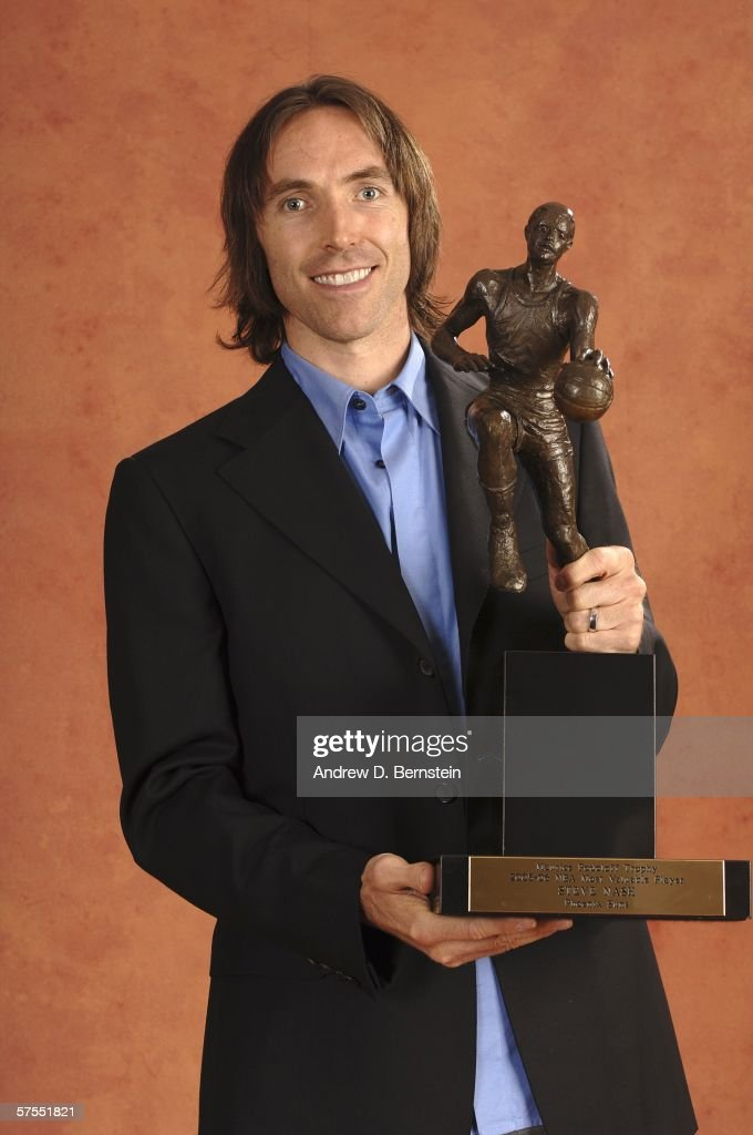 Steve Nash Poses With The MVP Award : ニュース写真