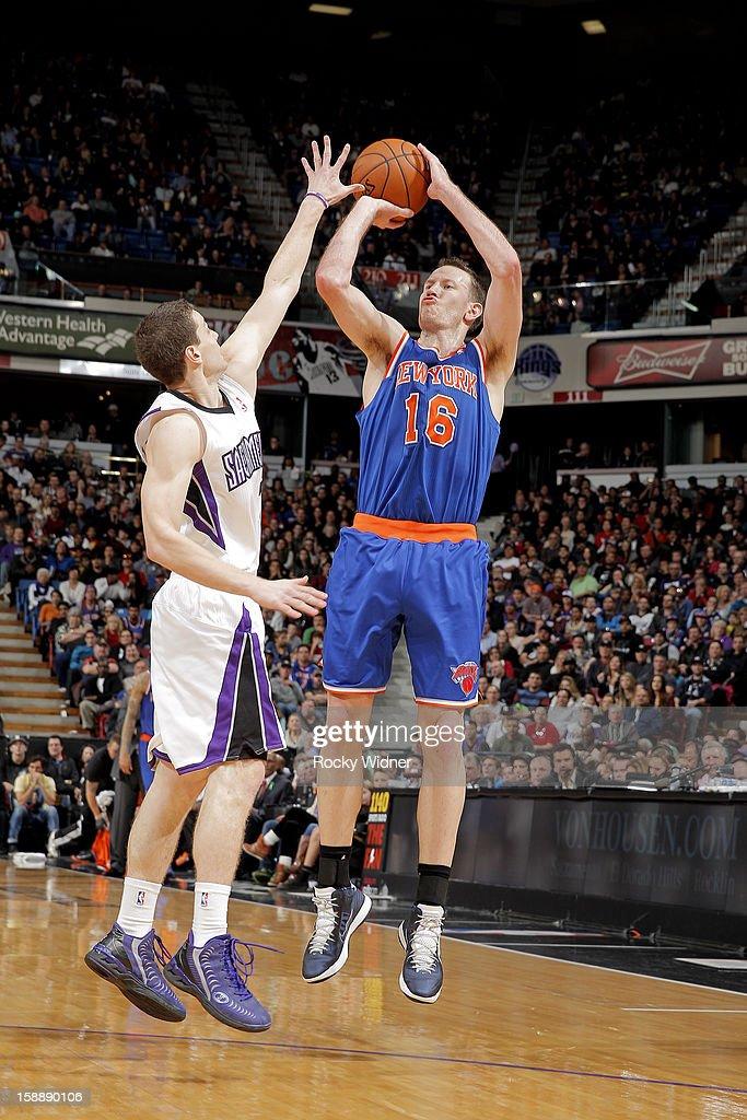 online retailer 39b71 88d60 Steve Novak of the New York Knicks shoots against Jimmer ...