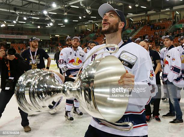 Steve Pinizzotto of Muenchen poses with the trophy after winning the DEL playoffs final game four between Grizzlys Wolfsburg and Red Bull Muenchen at...