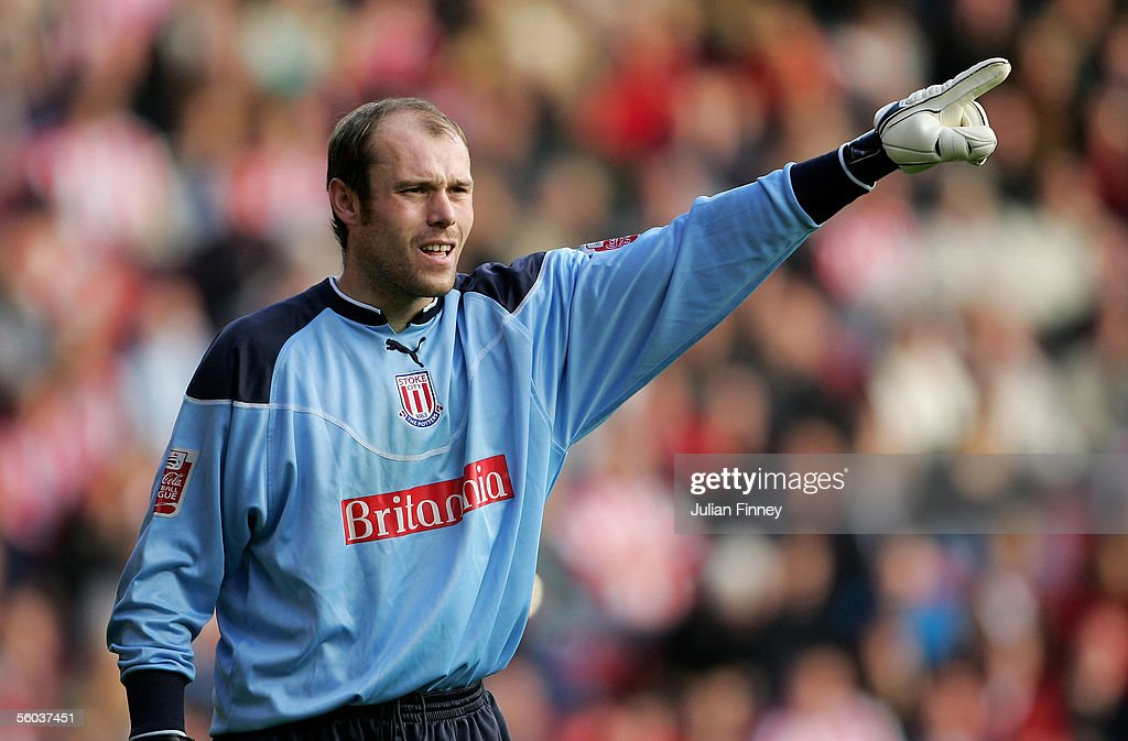 Steve Simonsen of Stoke City shouts instructions during the Coca-Cola Championship match between Southampton and Stoke City at St Mary's Stadium on October 29, 2005 in Southampton, England.