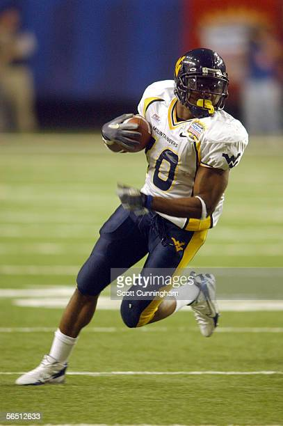 Steve Slaton of the West Virginia Mountaineers runs against the Georgia Bulldogs in the Nokia Sugar Bowl on January 2 2006 at the Georgia Dome in...