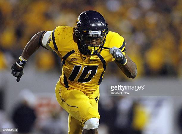 Steve Slaton of the West Virginia Mountaineers runs during the game against the Pittsburgh Panthers at Milan Puskar Stadium on December 1 2007 in...