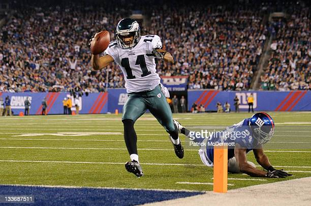 Steve Smith of the Philadelphia Eagles scores on a 14yard touchdown pass in the second quarter against Mathias Kiwanuka of the New York Giants at...