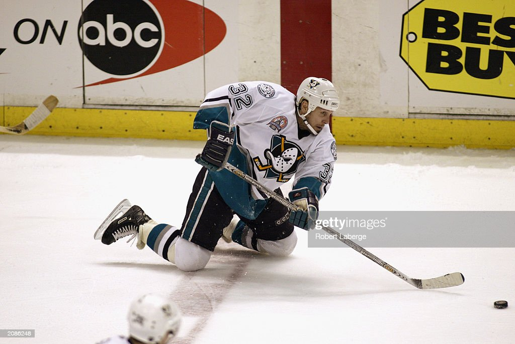 Steve Thomas plays the puck on his knees : News Photo