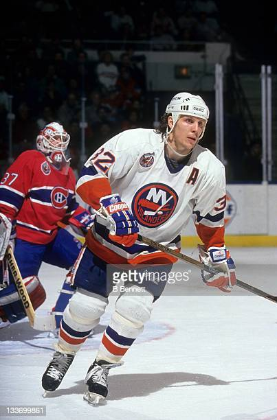 Steve Thomas of the New York Islanders skates on the ice during an NHL preseason game against the Montreal Canadiens in September 1992 at the Nassau...