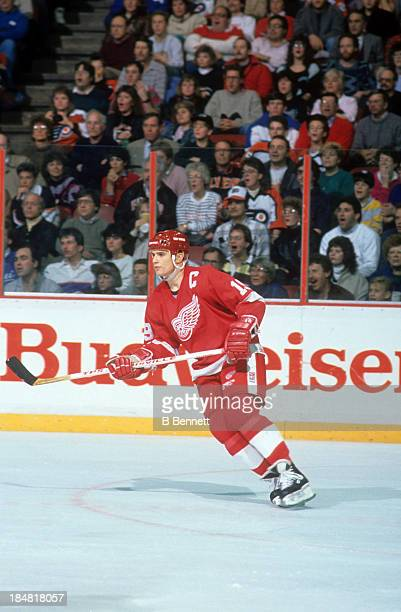 Steve Yzerman of the Detroit Red Wings skates on the ice during an NHL game against the Philadelphia Flyers on January 15 1989 at the Spectrum in...