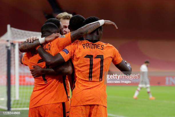 Steven Bergwijn of Holland celebrates 1-0 with Frenkie de Jong of Holland, Quincy Promes of Holland, Georginio Wijnaldum of Holland, Memphis Depay of...