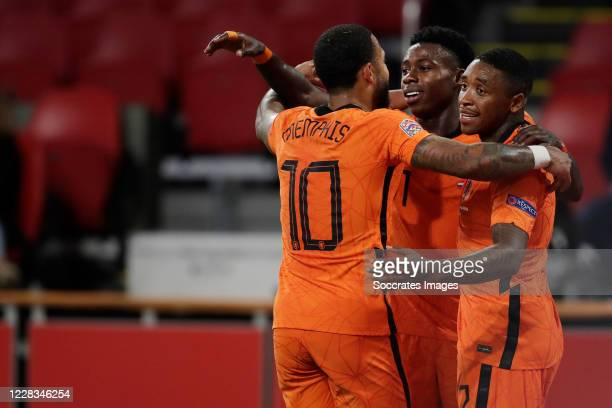 Steven Bergwijn of Holland celebrates 1-0 with Memphis Depay of Holland, Quincy Promes of Holland during the UEFA Nations league match between...