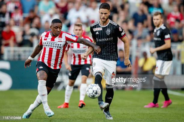 Steven Bergwijn of PSV, Ricky van Wolfswinkel of FC Basel during the UEFA Champions League match between PSV v Fc Basel at the Philips Stadium on...