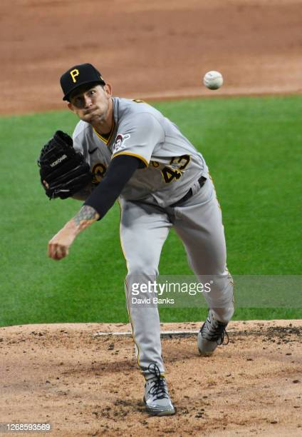 Steven Brault of the Pittsburgh Pirates pitches against the Chicago White Sox during the first inning on August 25, 2020 in Chicago, Illinois.