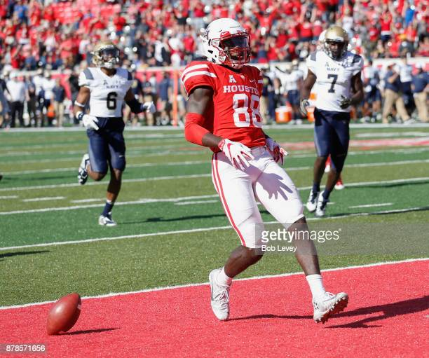 Steven Dunbar of the Houston Cougars catches a pass for a 61yard touchdown in the fourth quarter against the Navy Midshipmen on November 24 2017 in...
