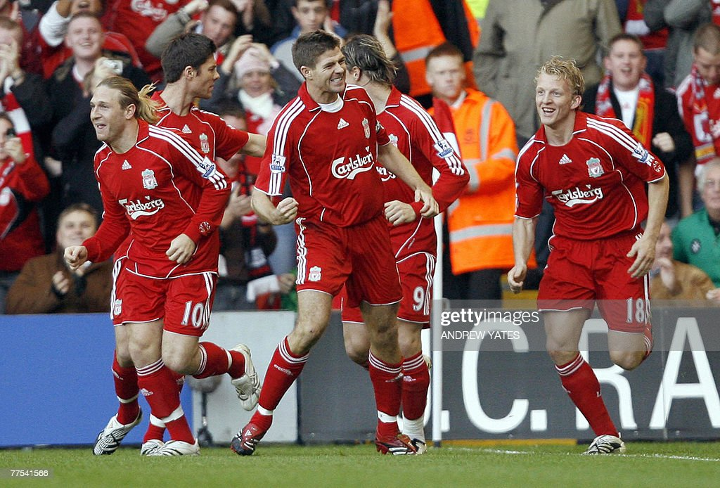 Steven Gerrard (3R) of Liverpool celebra : News Photo