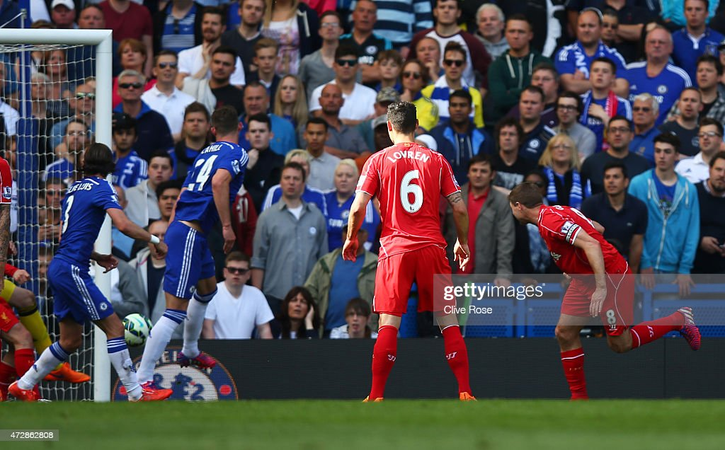 Steven Gerrard (R) of Liverpool scores a goal to level the scores at 1-1 during the Barclays Premier League match between Chelsea and Liverpool at Stamford Bridge on May 10, 2015 in London, England.