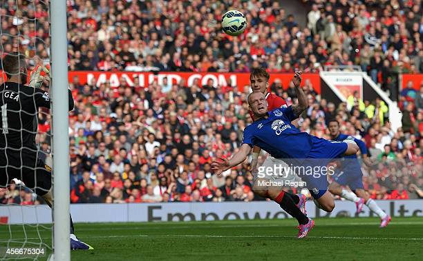 Steven Naismith of Everton scores his team's first goal during the Barclays Premier League match between Manchester United and Everton at Old...