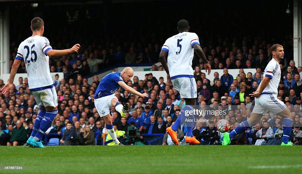 Steven Naismith of Everton scores his team's second goal during the Barclays Premier League match between Everton and Chelsea at Goodison Park on September 12, 2015 in Liverpool, United Kingdom.