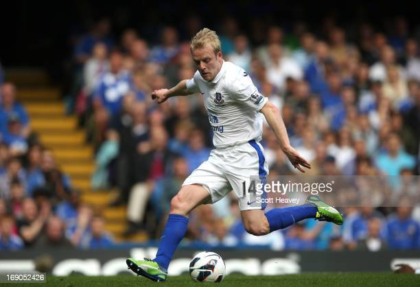 Steven Naismith of Everton scores their first goal during the Barclays Premier League match between Chelsea and Everton at Stamford Bridge on May 19...
