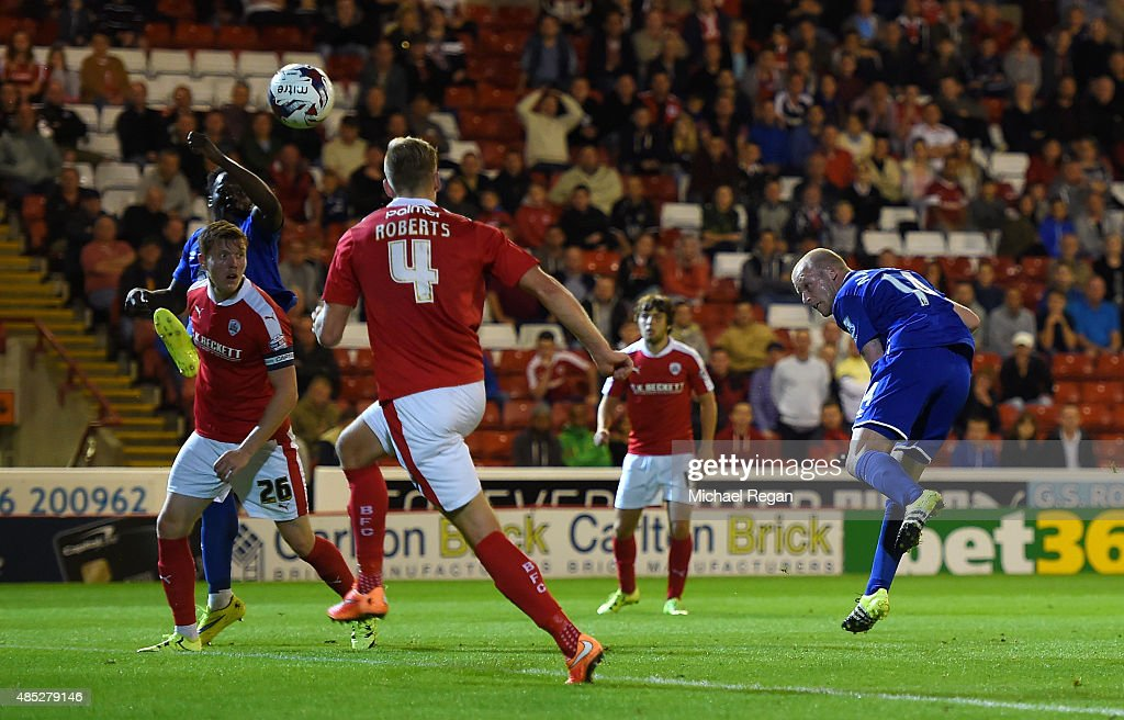 Steven Naismith of Everton scores with a header during the Capital One Cup second round match between Barnsley and Everton at Oakwell Stadium on August 26, 2015 in Barnsley, England.