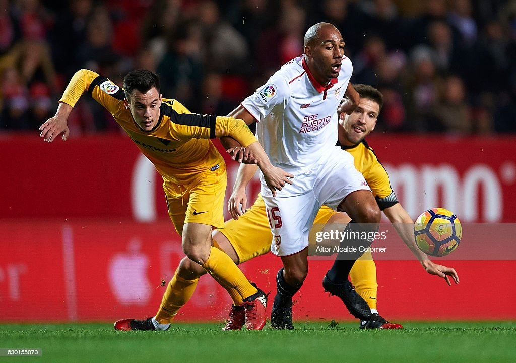 Steven N'Zonzi of Sevilla FC (C) competes for the ball with Juan Pablo Anor 'Juanpi' of Malaga CF (L) during the La Liga match between Sevilla FC and Malaga CF at Estadio Ramon Sanchez Pizjuan on December 17, 2016 in Seville, Spain.