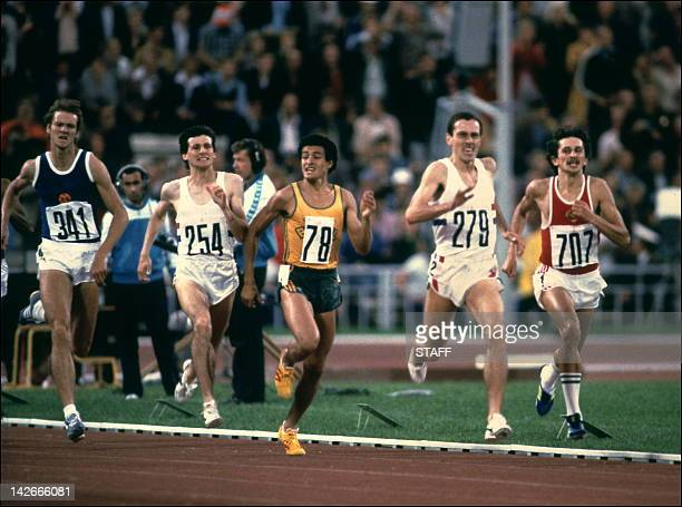 Steven Ovett from Great Britain on the way to win the Olympic 800m event 26 July 1980 in the Lenin Stadium in Moscow Left to Right 341 RDA Detlef...