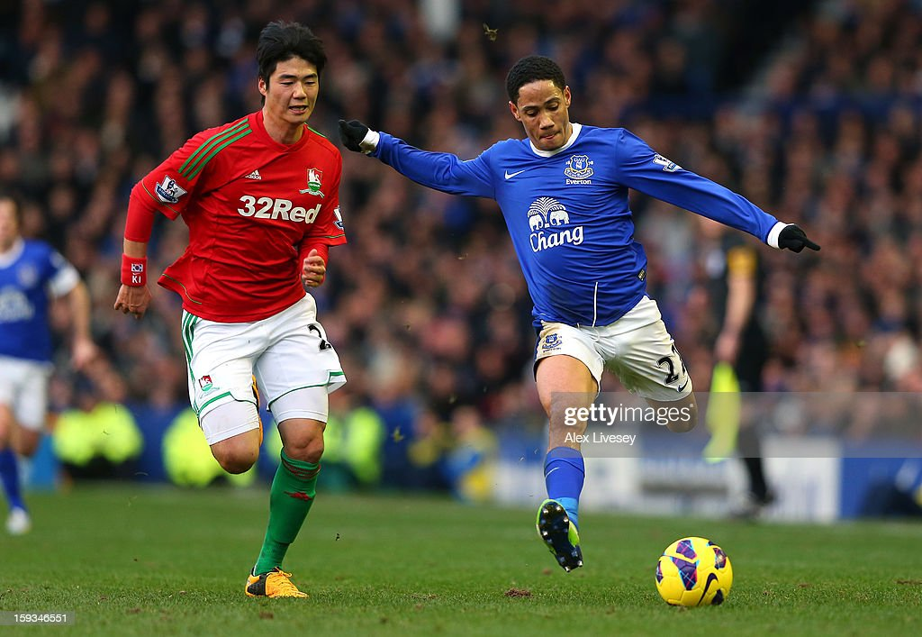 Steven Pienaar of Everton crosses the ball ahead of Sung-Yeung Ki of Swansea City during the Barclays Premier League match between Everton and Swansea City at Goodison Park on January 12, 2013 in Liverpool, England.