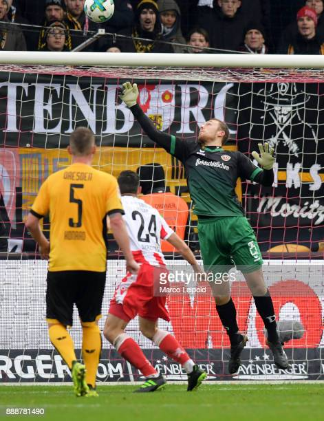 Steven Skrzybski of 1 FC Union Berlin and Marvin Schwaebe of SG Dynamo Dresden during the game between Union Berlin and Dynamo Dresden at Stadion An...