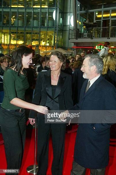 "Steven Spielberg, Christina Rau , Tochter Anna Rau, , Kino-Premiere ""Catch me if you can"", Berlin, Deutschland, Europa, , DZ-Bank, Pariser Platz,..."