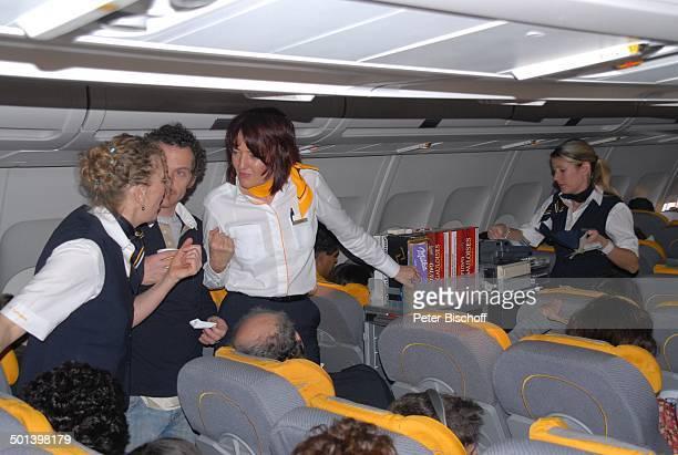 Steward und Stewadessen beim Service Passagiere LufthansaMaschine LH von Frankfurt nach Rio de Janeiro Flugzeug BusinessClass Uniform Stewardess...