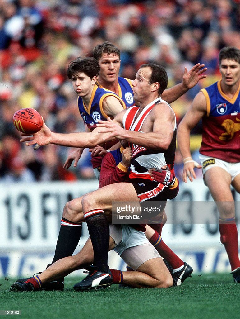 Stewart Loewe of St Kilda gets a kick away from the pack, in the AFL 4th Qualifying Final match between St Kilda and the Brisbane Lions, played at Waverley Park, Melbourne, Australia. Mandatory Credit: Hamish Blair/ALLSPORT