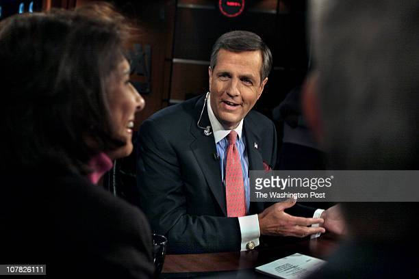 STHume Photos by Michael Williamson Neg#179074 4/4/06 Fox News' Brit Hume chats with panelist Mara Liasson of National Public Radio during a break in...