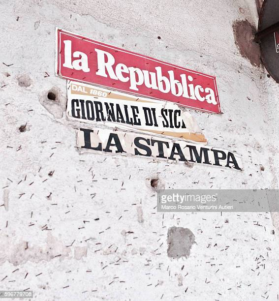 stickers advertise three italian newspapers - ラ・リパブリカ ストックフォトと画像