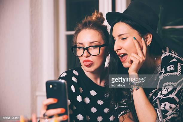 Klemmt Zunge heraus selfie-Porträt