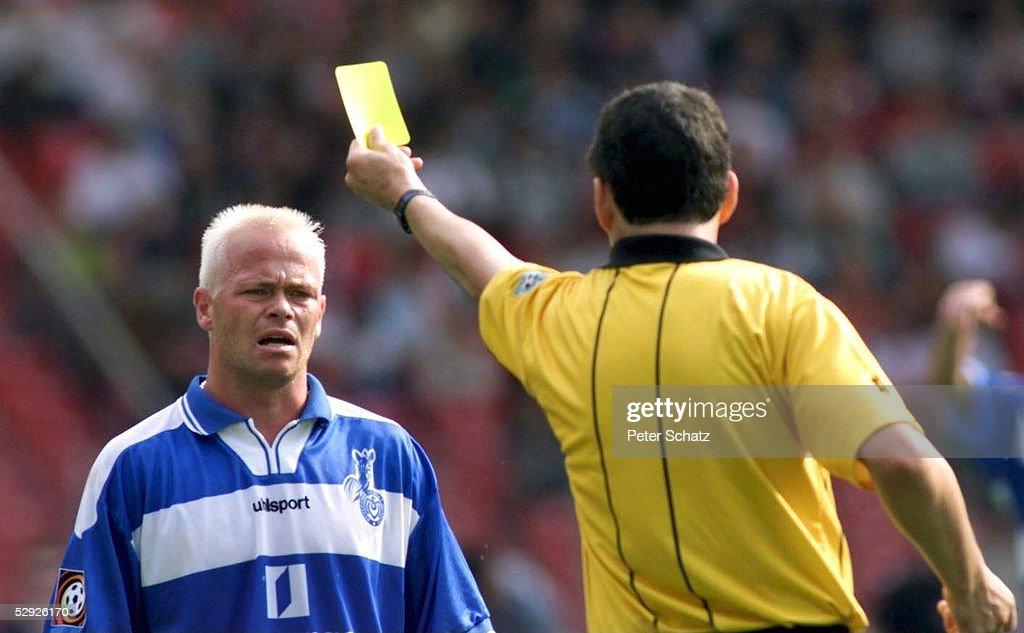 2; Stig TOEFTING/Duisburg sieht die GELBE KARTE von Schiedsrichter Alfons BERG