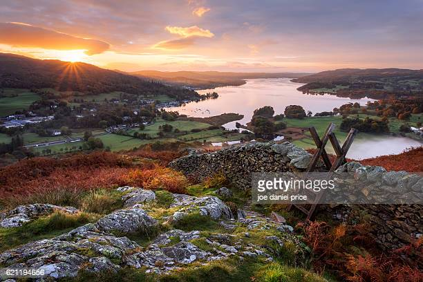 stile, loughrigg fell, ambleside, windermere lake, lake district, cumbria, england - lake district stockfoto's en -beelden