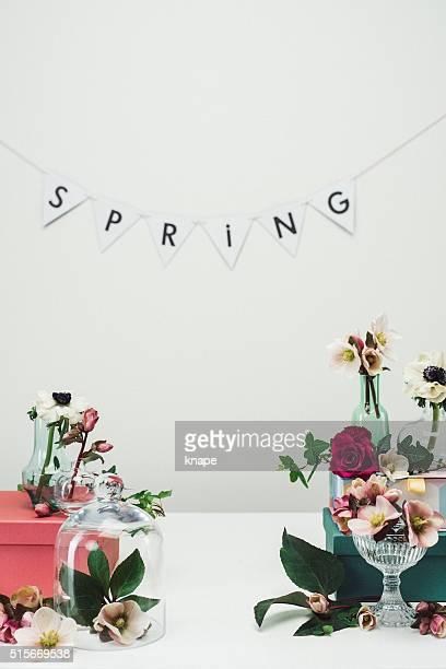 Aún vida arreglo de flores de primavera y vasijas de fondo rosa