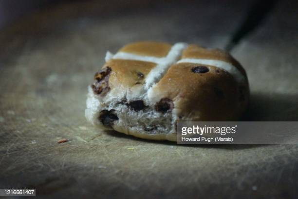 still life easter hot cross bun - howard pugh stock pictures, royalty-free photos & images