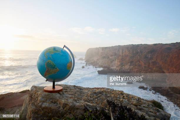 still life of globe at the atlantic coast - mapa mundi fotografías e imágenes de stock