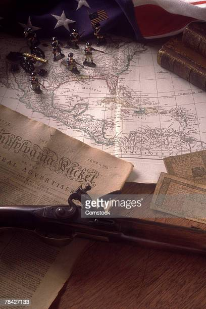 still life of map and revolutionary war memorabilia - revolutionary war - fotografias e filmes do acervo