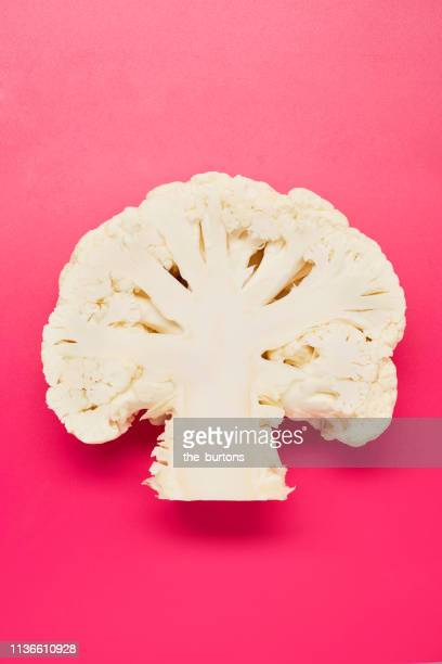 still life of sliced cauliflower on pink background - cruciferae fotografías e imágenes de stock