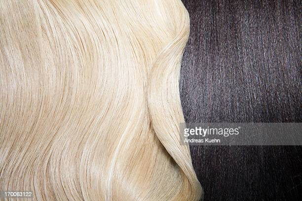 still life of two different hair colors. - cheveux blonds photos et images de collection