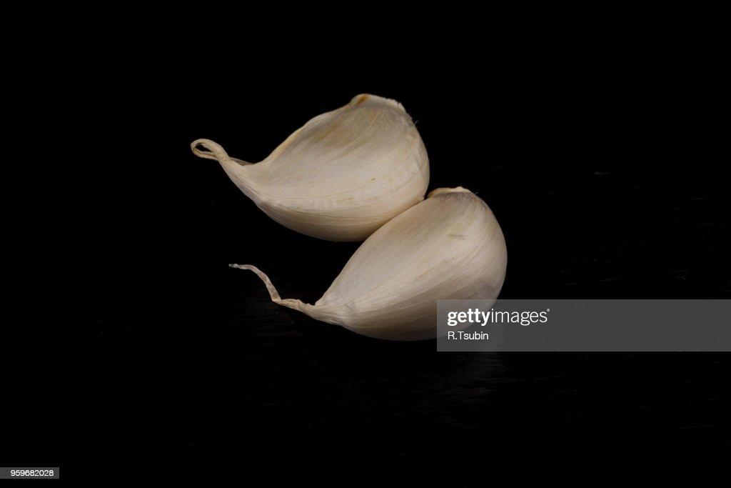 still life photo of organic whole garlic on black stone plate : Stock Photo