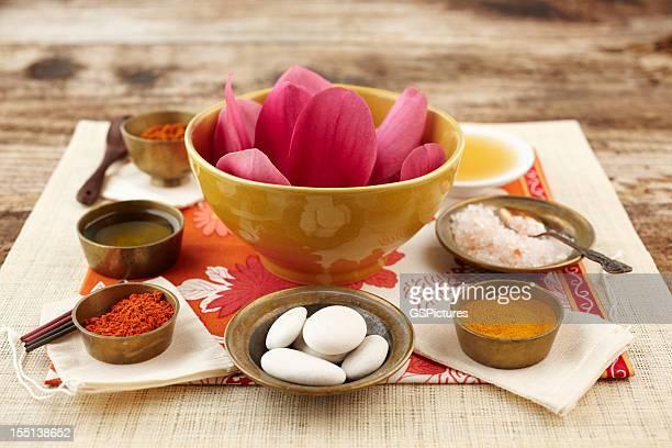 Nature morte avec fleur de Magnolia et de la poudre de bois de santal, au curcuma, Laver en frottant