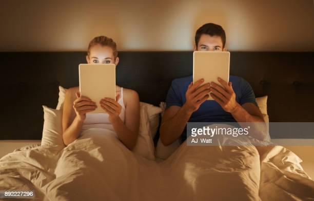 toujours en marche - couple au lit photos et images de collection