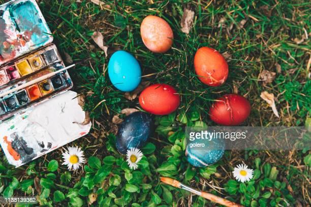 todavía con huevos de pascua y caja de pintura en el jardín - imagenes gratis fotografías e imágenes de stock